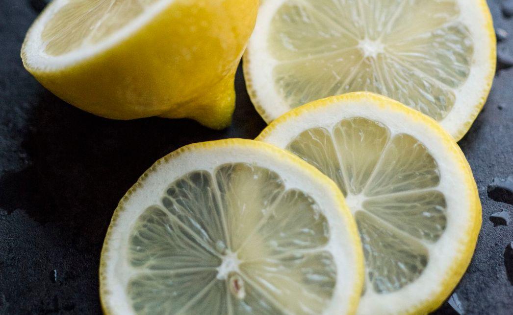 الليمون للبشرة الدهنية ..