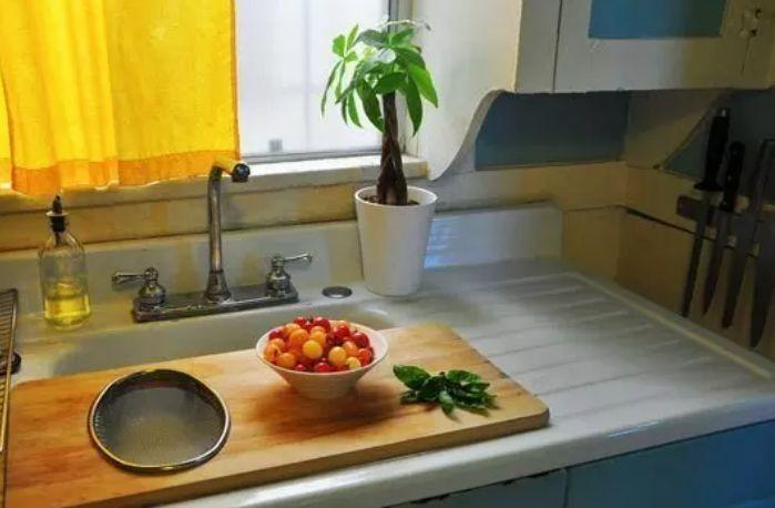 احتفظ بلوح التقطيع على الحوض للمطابخ الصغيرة والبسيطة