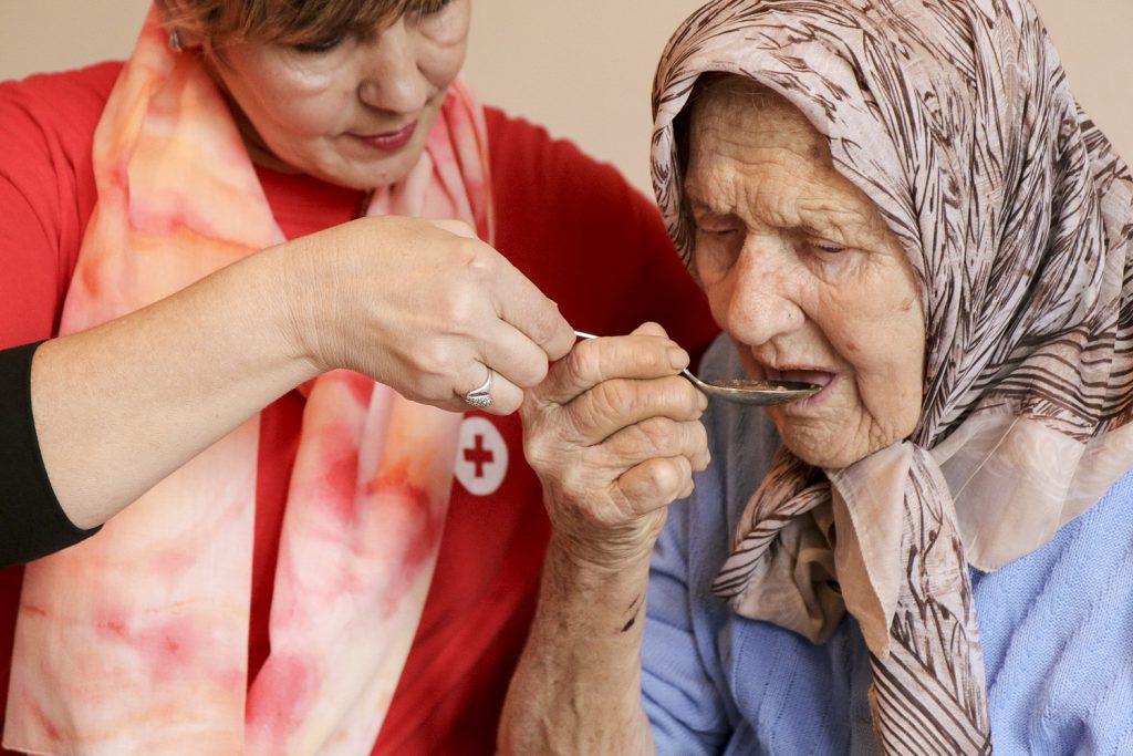 إطعام كبار السن