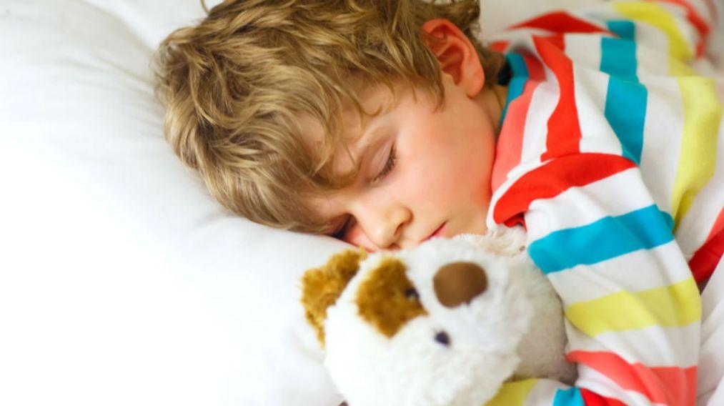 عدد ساعات نوم الطفل من حديثي الولادة إلى المراهقين حتى سن الـ 18