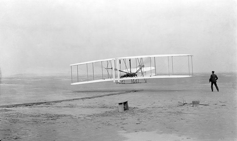 صورة الرحلة الأولى لطائرة الأخوة رايت في 17 من شهر ديسمبر عام 1903