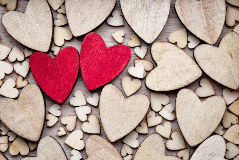 كيف تعرف أن حبيبك يفكر فيك الآن ؟ 25 شيء يعني أنك في قلبه ورأسه