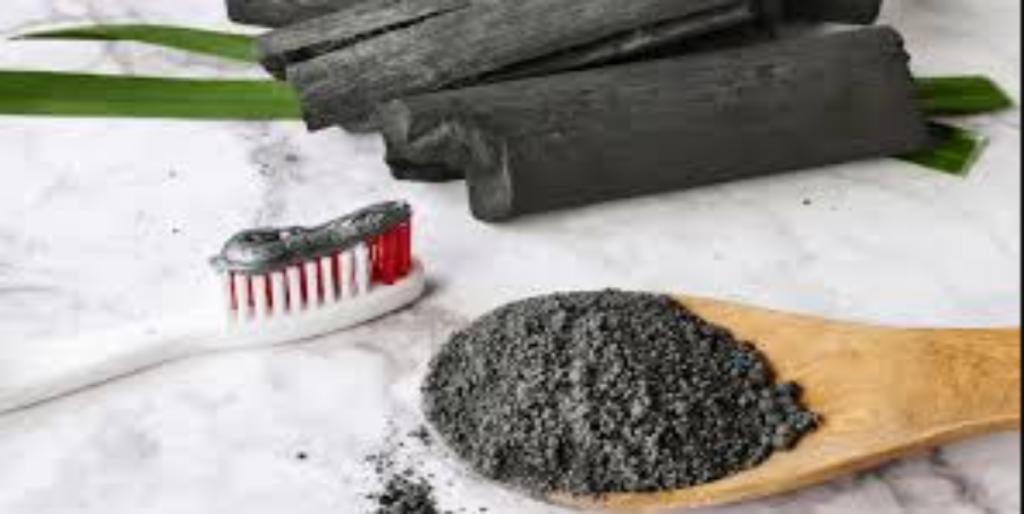 طريقة تنظيف الأسنان ببودرة الفحم