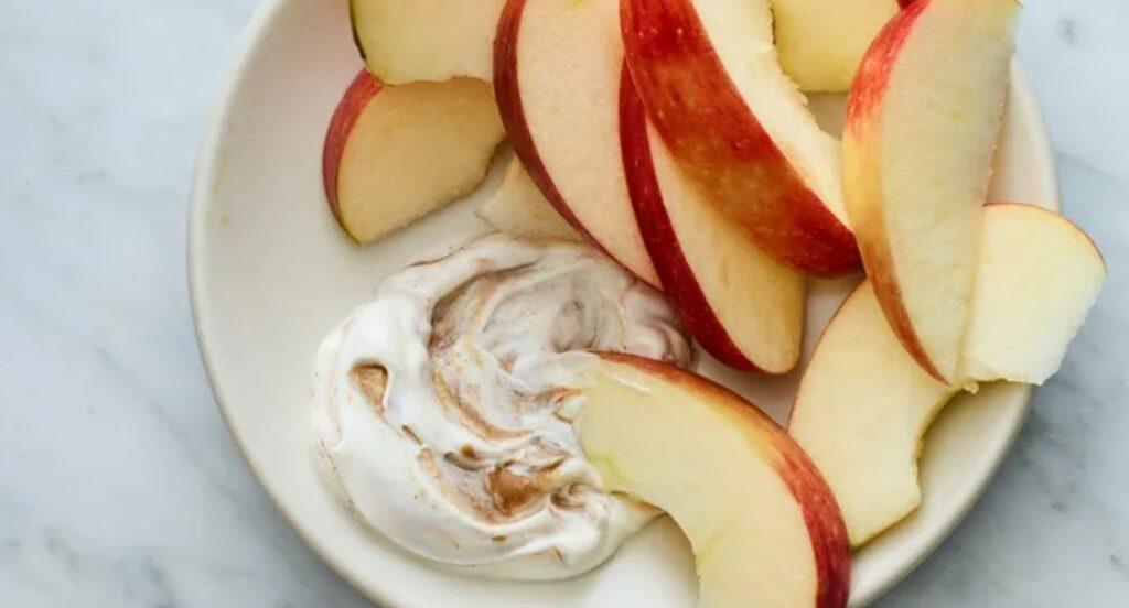 2 – التفاح مع صوص زبدة الفول السوداني