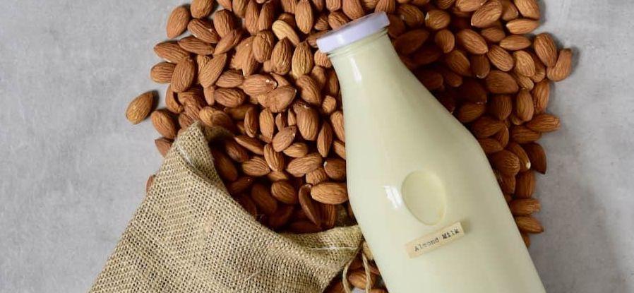 حليب اللوز almond milk