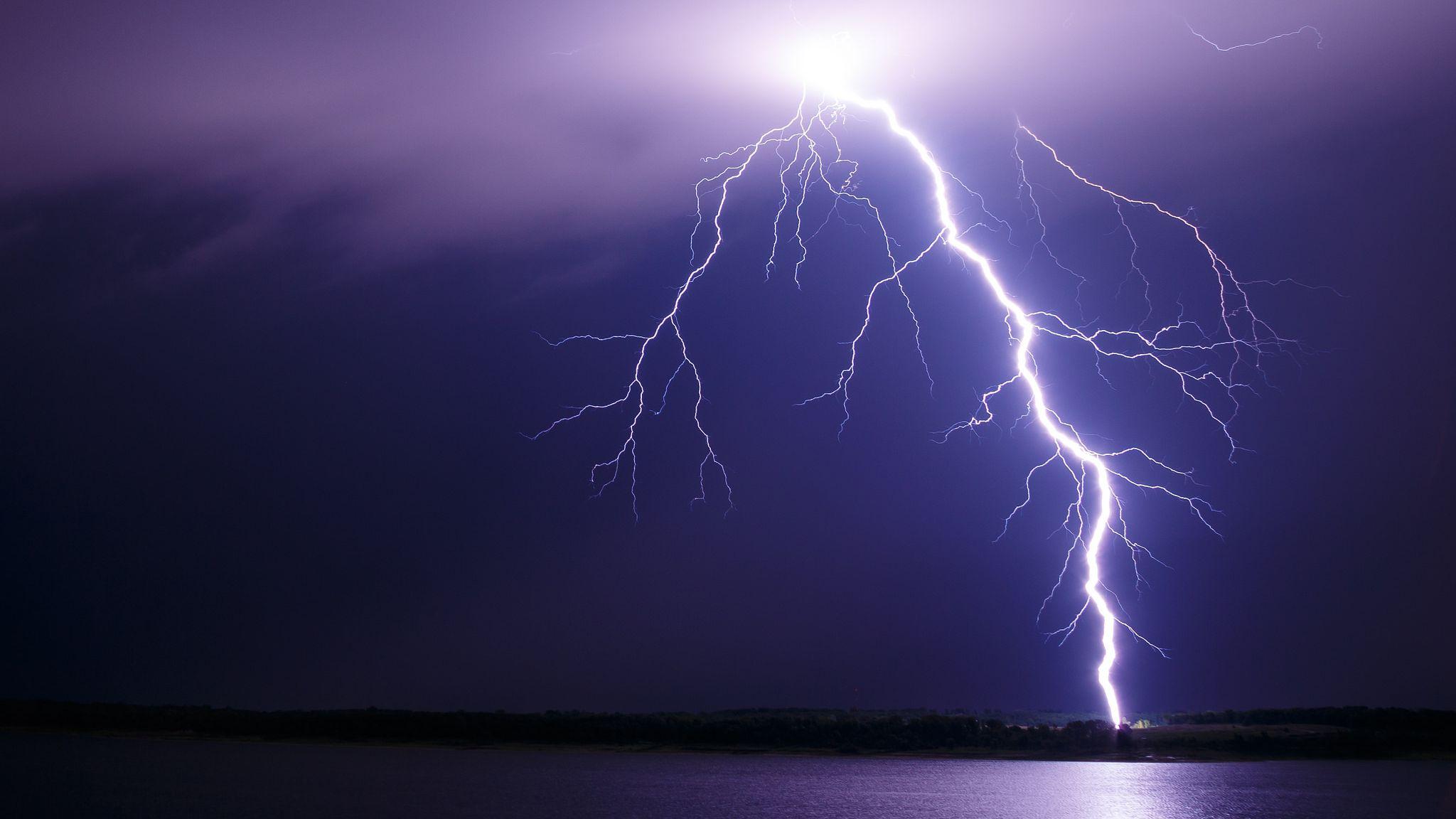 لماذا نرى ضوء البرق قبل سماع صوت الرعد