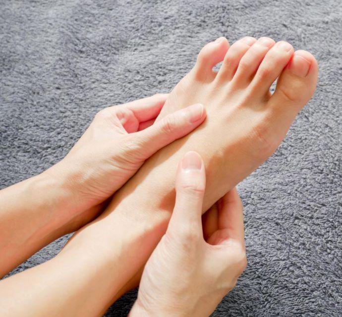 أسباب تنميل القدمين المستمر وطرق العلاج المنزلي