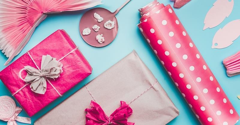 طريقة تغليف الهدايا بالورق الملون