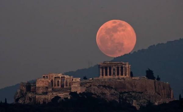 القمر العملاق في اليونان