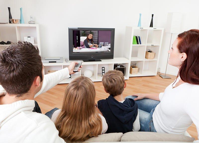 الجلوس امام التلفاز
