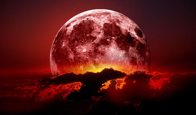 القمر الأحمر