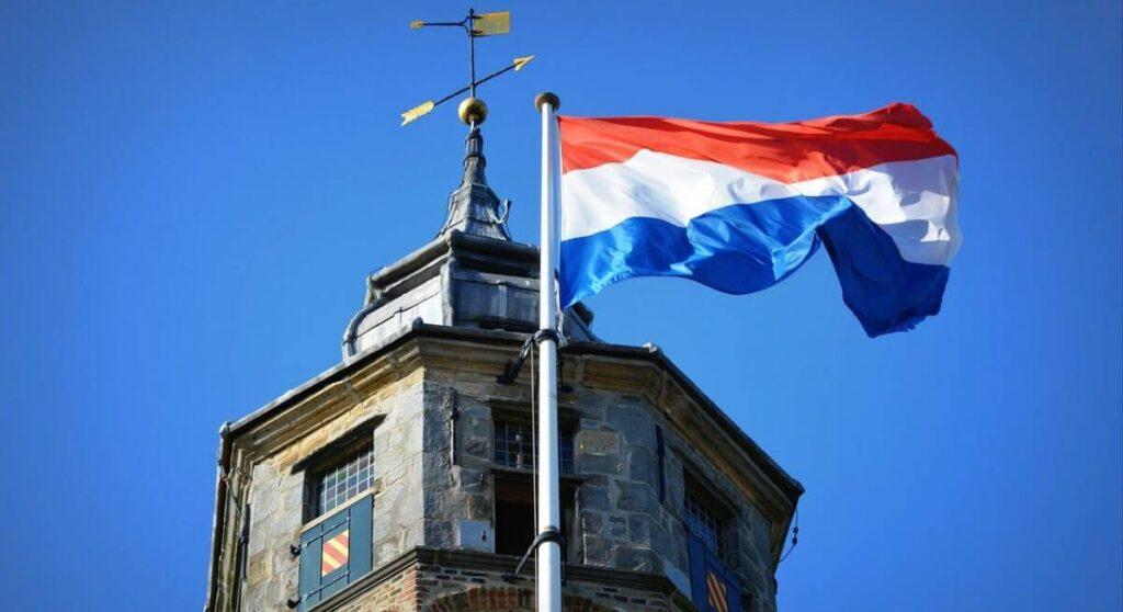 علم هولندا يرفرف