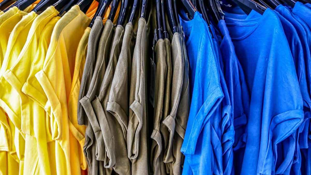 أفضل 15 حل لمنع ظهور العرق على الملابس وحمايتك من الإحراج