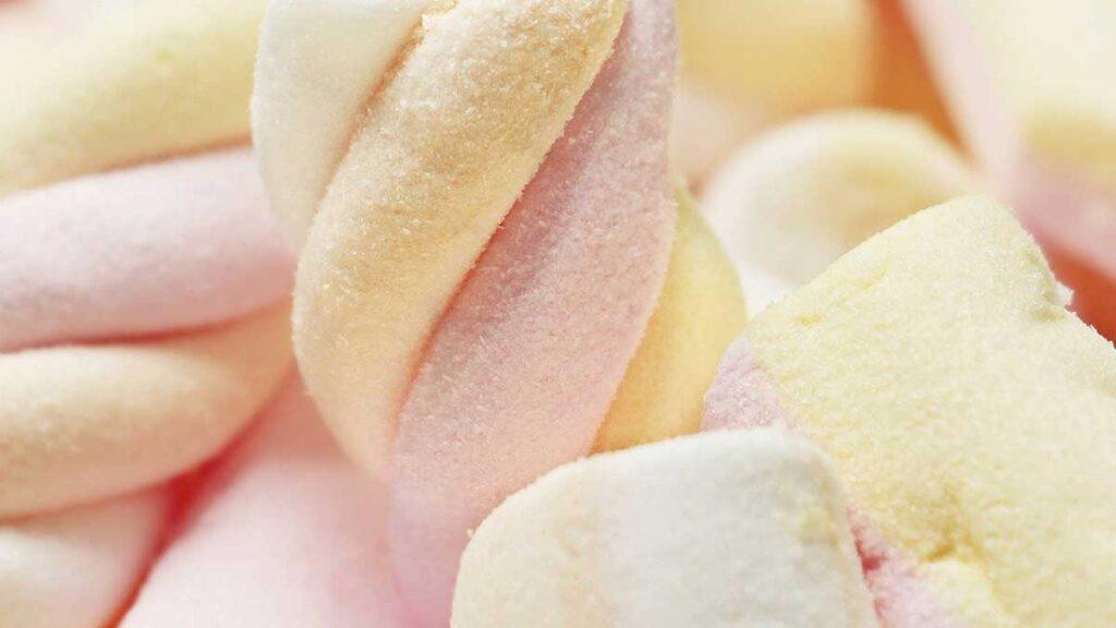صوص الكيك بالحليب المكثف وحلوى المارشملو