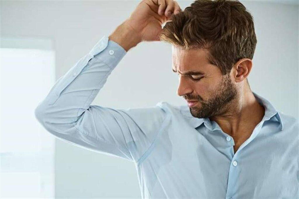 يرتدي الكثير من الأشخاص عدة طبقات خلال ممارسة التمارين الرياضية، وذلك لاعتقادهم بإن زيادة التعرق يزيد من حرق الدهون، إليك الإجابة حول سؤال هل التعرق يحرق الدهون.