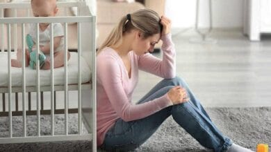 تعاني بعض الأمهات بعد إنجاب مولودها من أعراض تجعلها بحالة نفسية غير مستقرة، وغير قادرة على القيام بمهامها الطبيعية، تعرف على أسباب اكتئاب ما بعد الولادة.