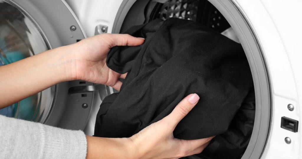 ملابس سوداء وغسلها